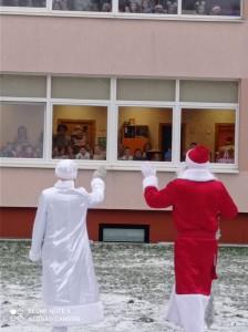 """Vilniaus darželio-mokyklos """"Vaivorykštė"""" ugdytinius sveikino Kalėdų senelis ir Snieguolė!"""